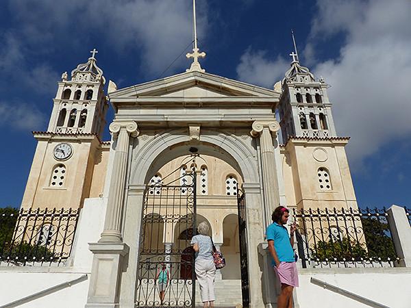 devant la cathédrale de Lefkes