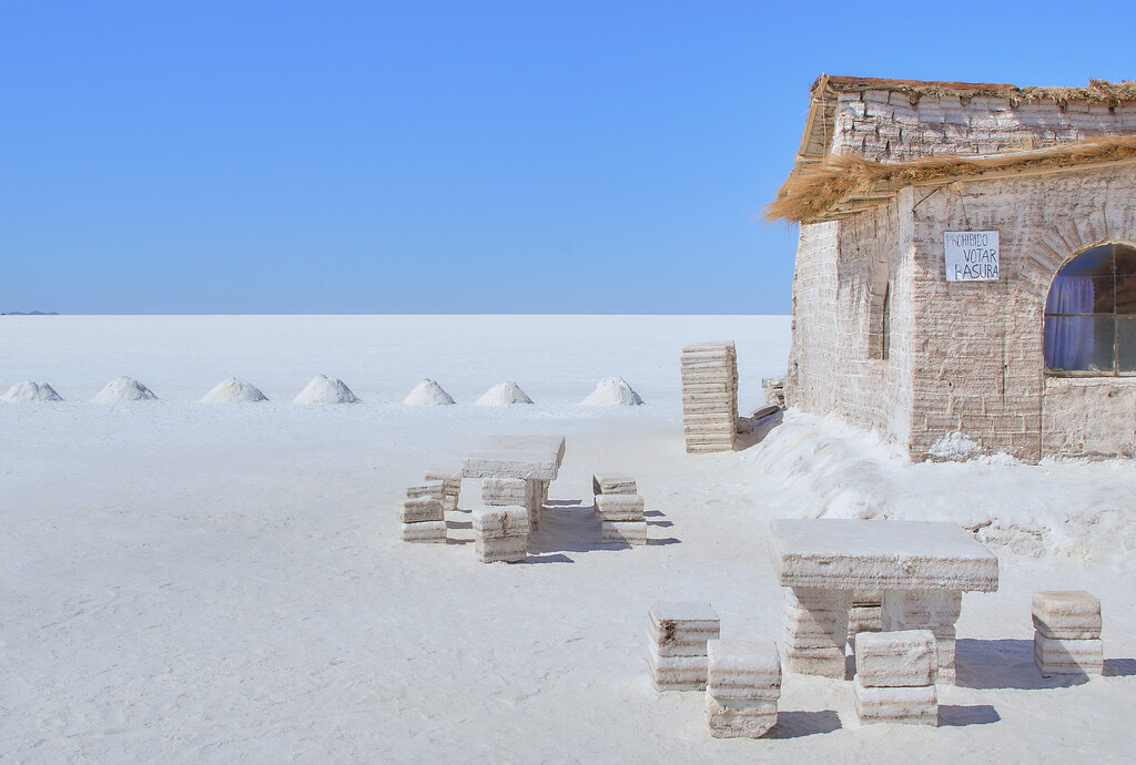 Salt hotel salar de uyuni bolivia you are seeing slat for Salar de uyuni hotel made of salt