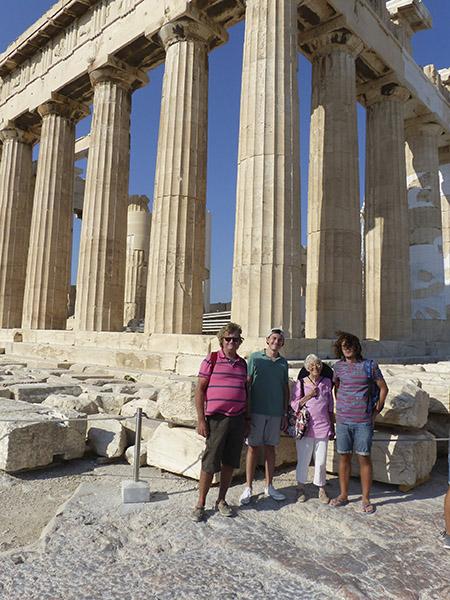 la famille devant le Parthénon