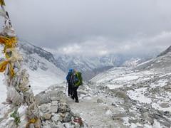 Der Abstieg vom Larka Pass beginnt
