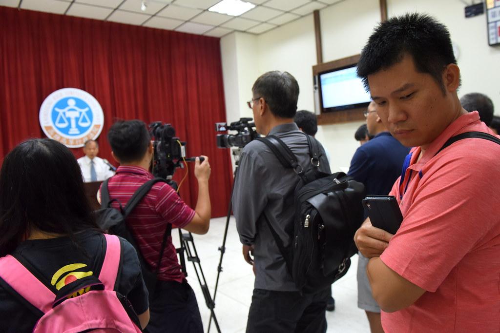 法院代理發言人戴見草另行召開記者會解釋判決內容,徐國堯及消防員權益促進會等聲援者也在旁聆聽。(攝影:宋小海)