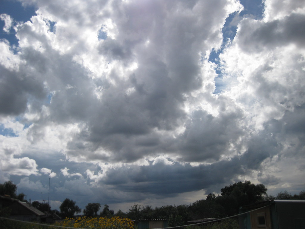 Красивые облака в деревне
