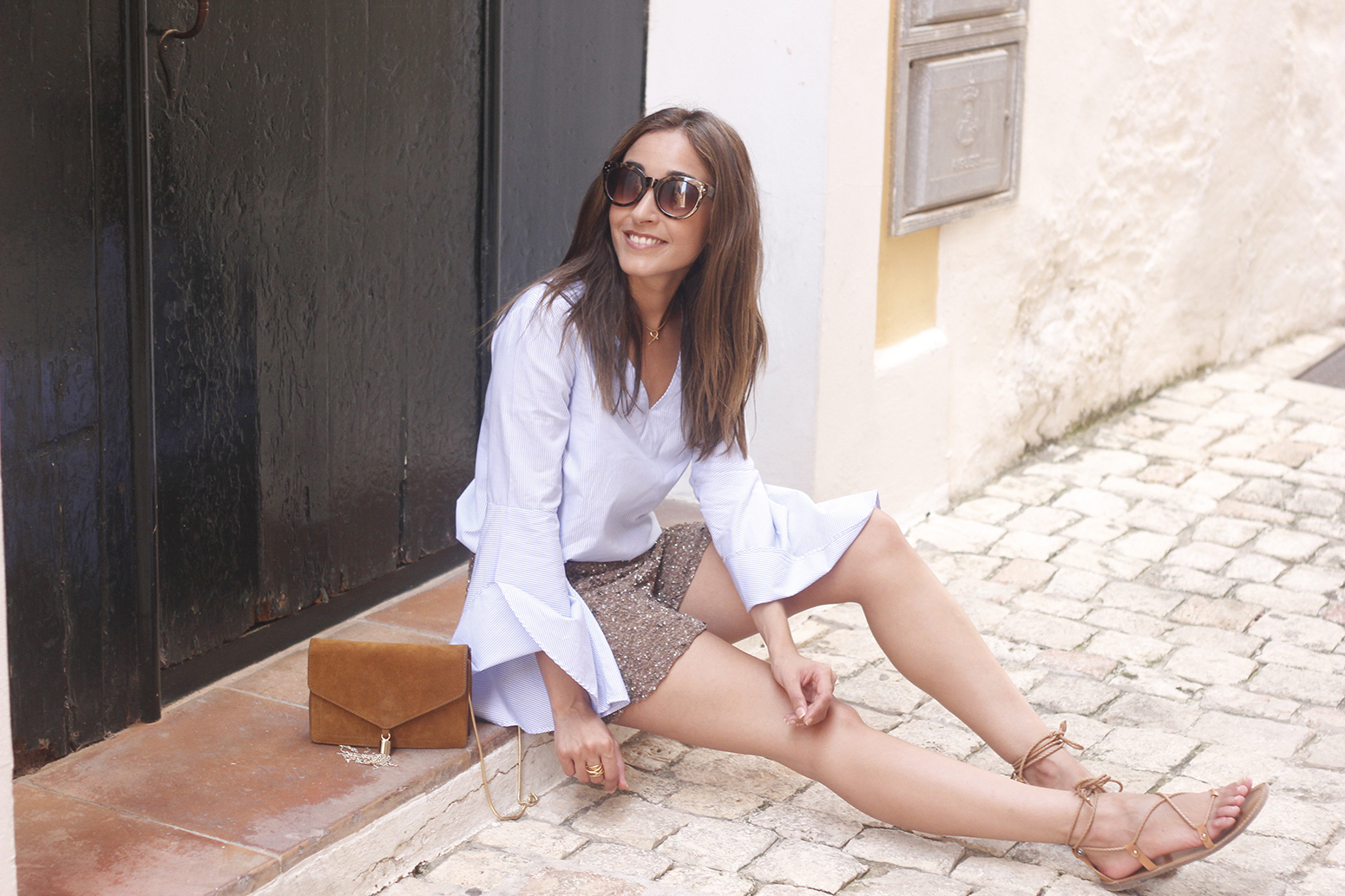 sequined shorts bell sleeves striped shirt summer flat sandals summer fashion outfit08
