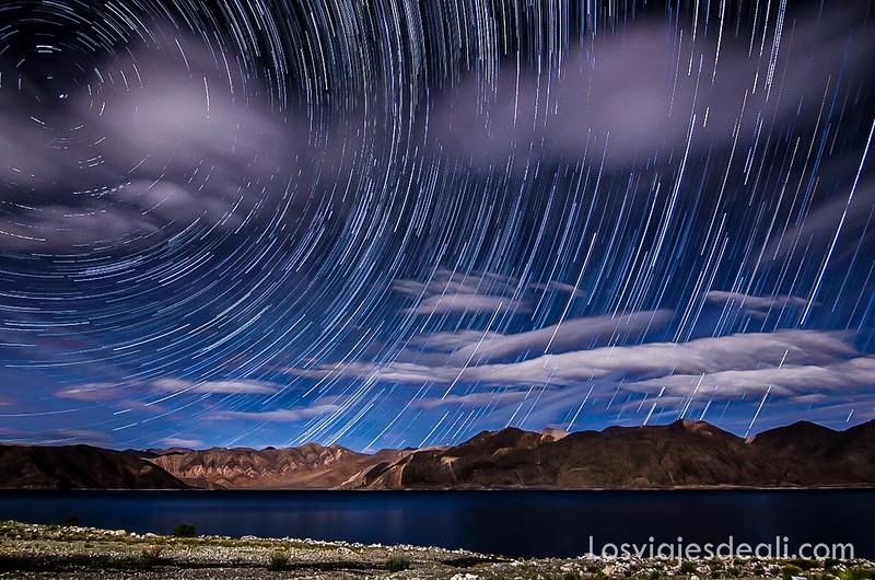 trazas de estrellas en el lago Pangong