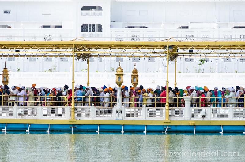 peregrinos en el templo dorado de los sijs