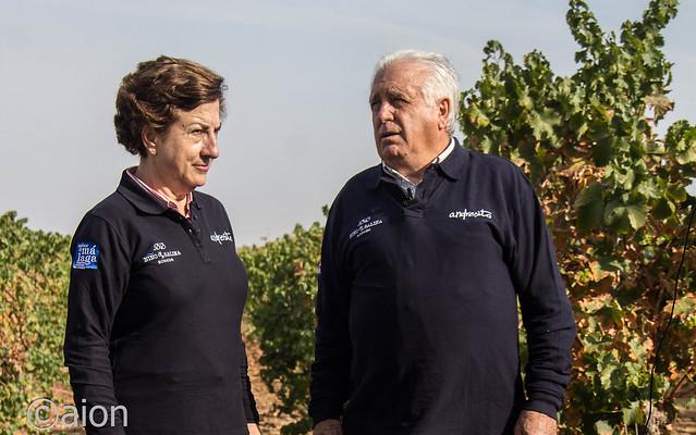 Monserrat Navas y Andrés Fontalba en los viñedos de la finca del Ciprés.