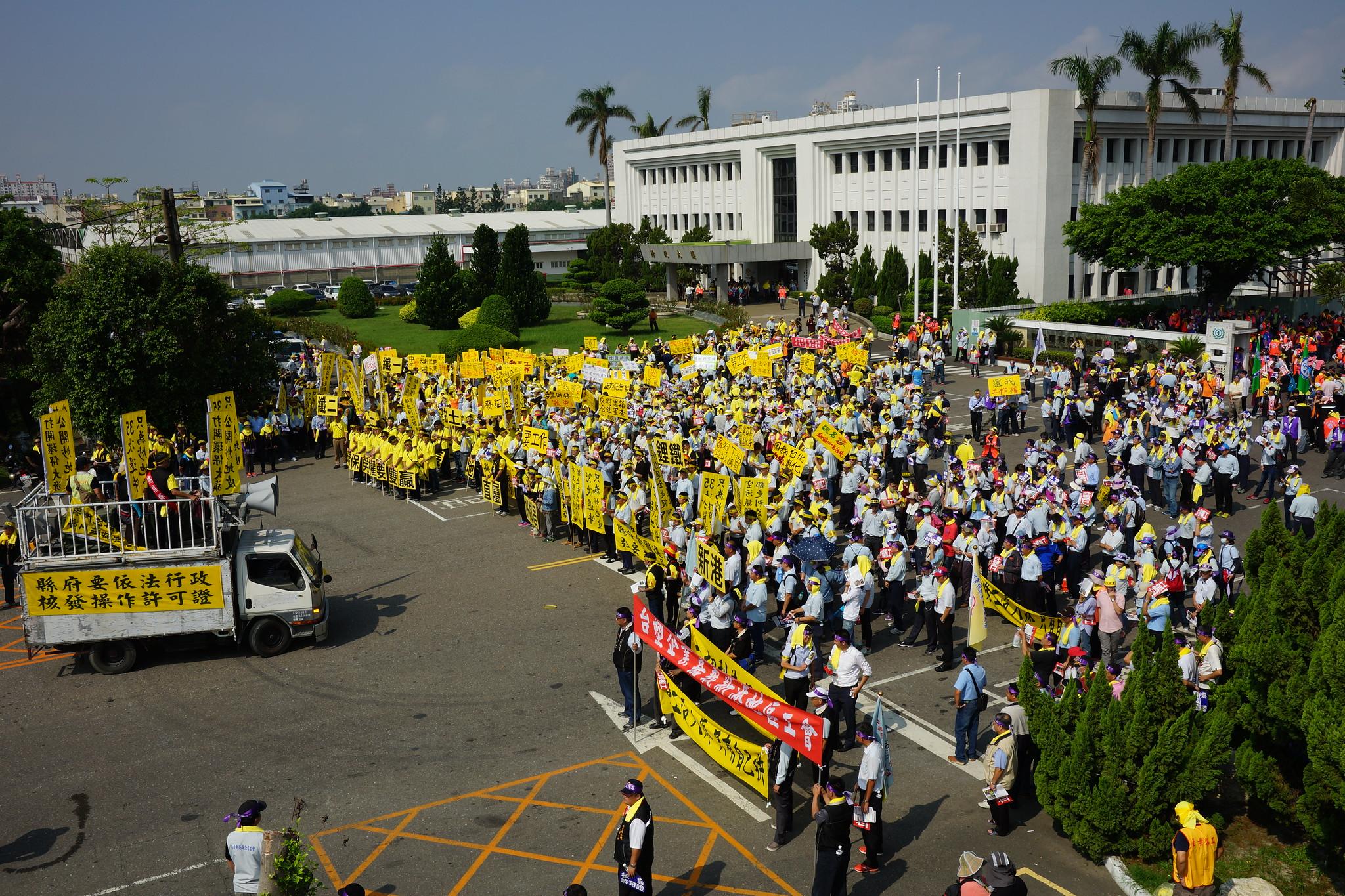 五千名台塑相關企業工會會員集結在台化廠。(攝影:王顥中)