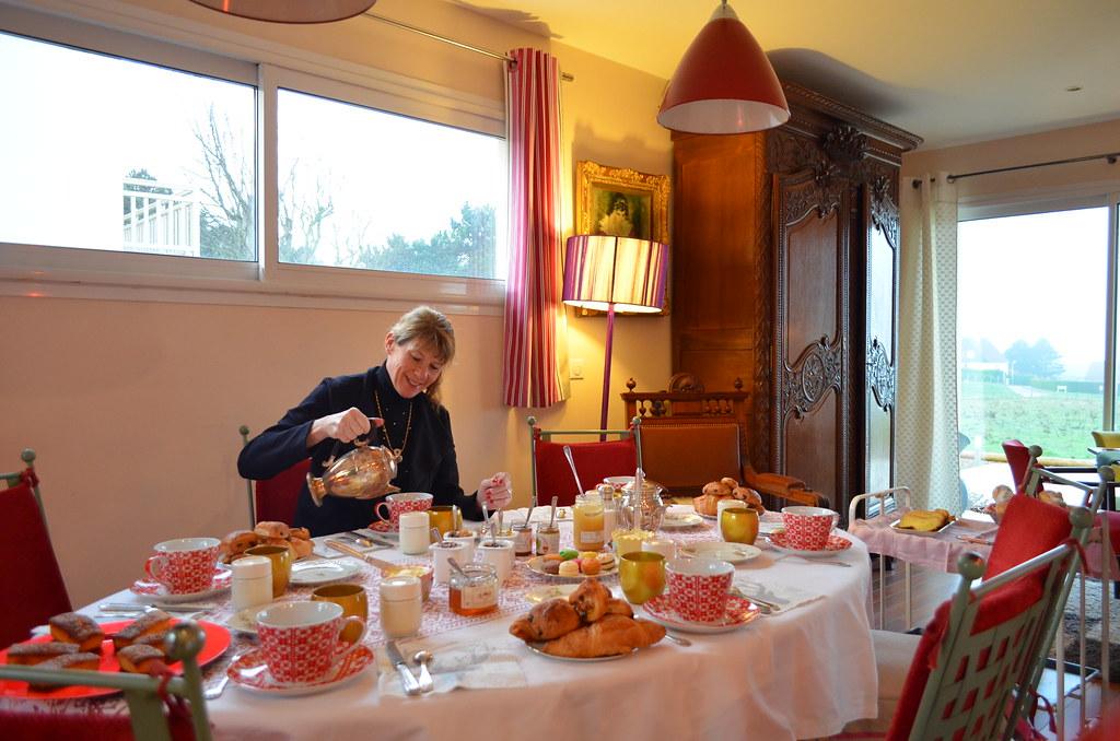 La table du petit d jeuner chambres d 39 h tes et g tes - Chambre d hote normandie vue sur mer ...