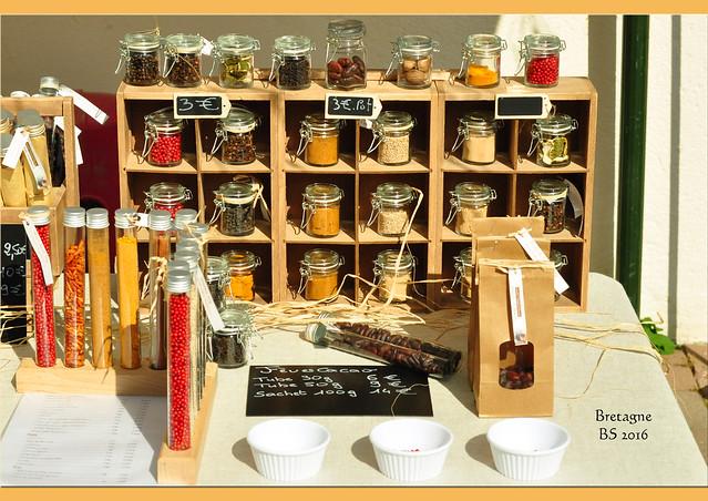 """Bretagne 2016. Saint-Gildas-de-Rhuys hat auf Bretonisch den ulkig klingenden Namen """"Lokentaz"""". Der Wochenmarkt findet in den malerischen Gassen und rund um die alte Abteikirche statt. Bei einem Café in der Bar de la Presqu'île betrachten wir das bunte Markttreiben. Die Einkäufe werden anschließend im Garten unseres Ferienhäuschen genüsslich verzehrt. Fotos und Fotocollage: Brigitte Stolle"""