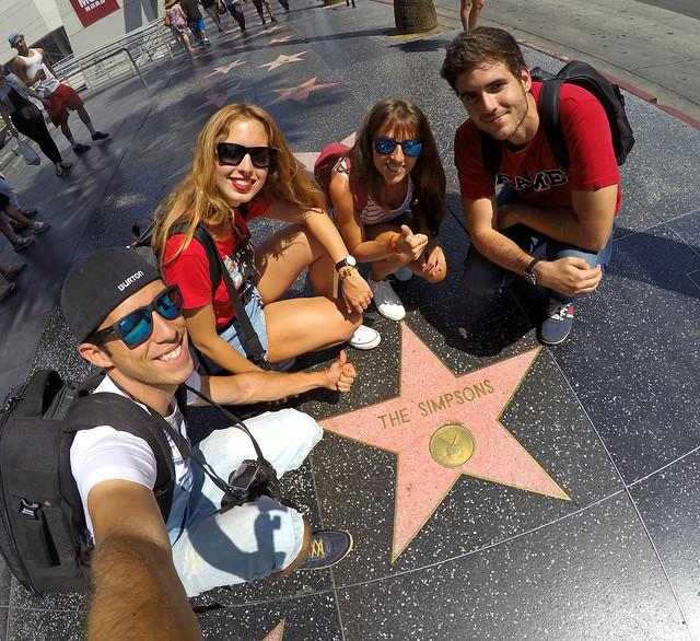En el paseo de la fama de Hollywood con la estrella de Los Simpsons