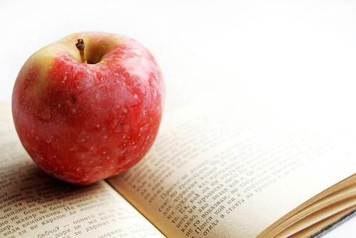Buch mit Apfel (engl. A Book and An Apple) | by wuestenigel