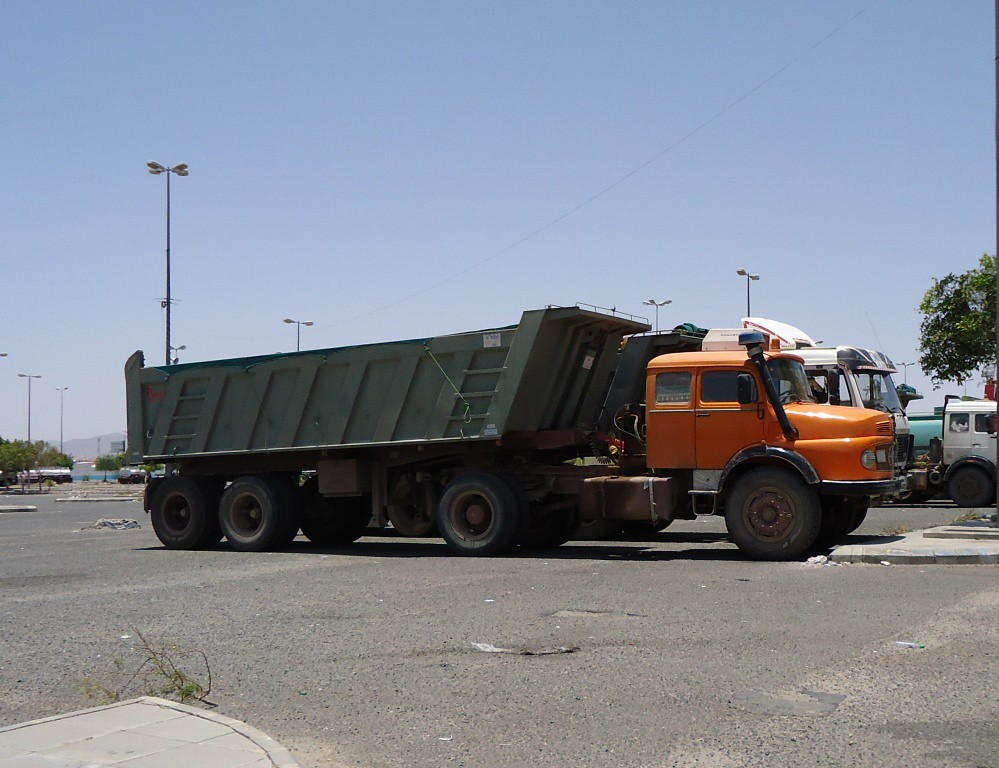 Old mercedes tractor unit with dump truck old mercedes for Old mercedes benz trucks