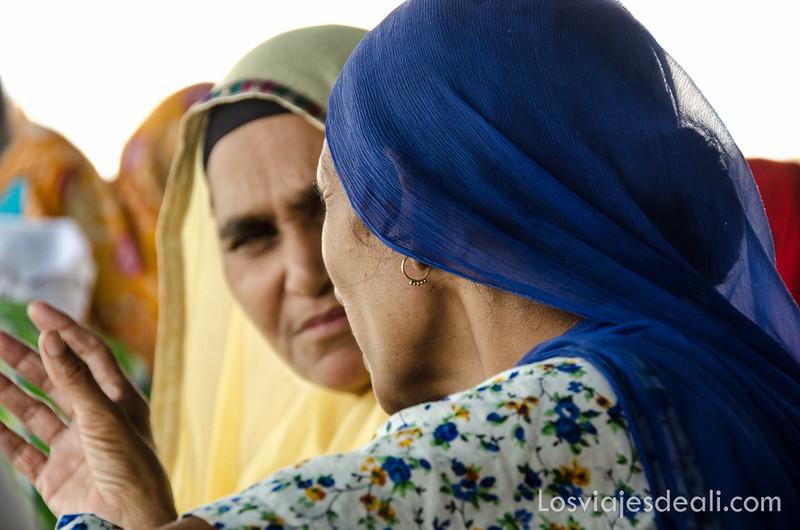 mujeres en el templo dorado de los sijs