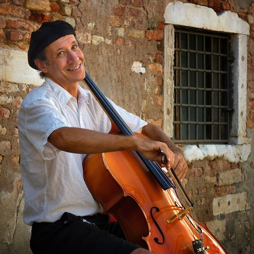 Improvising cellist Peter Lewy surprises every passerby | by B℮n