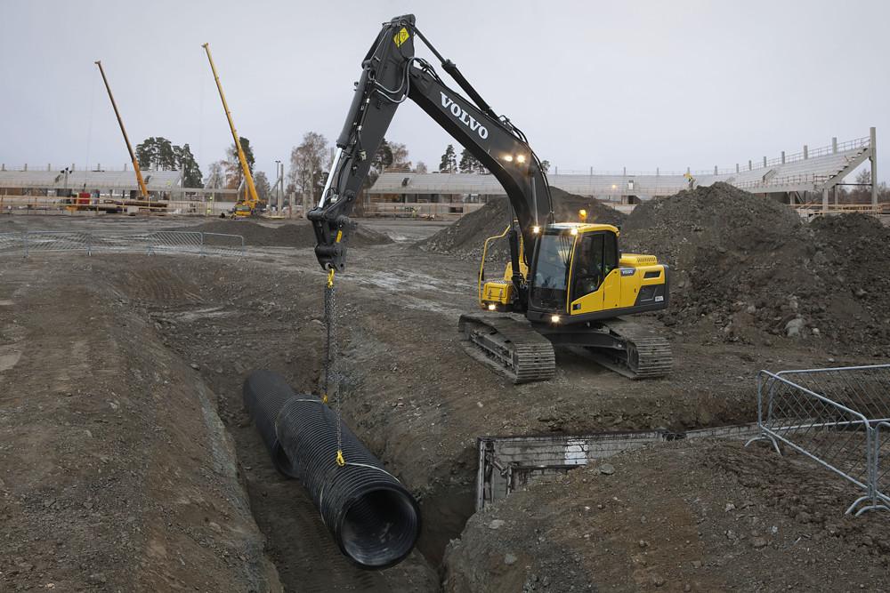 Volvo EC220D Crawler Excavator lifting pipe | The Volvo exca… | Flickr
