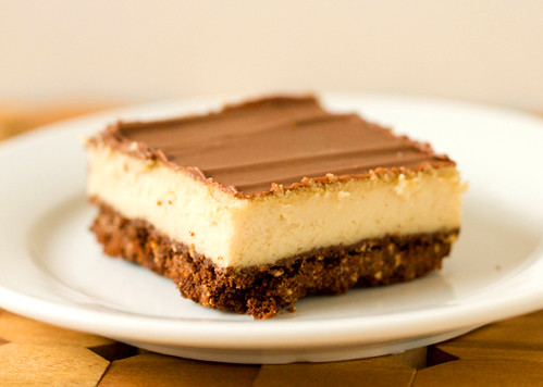 Peanut butter cheesecake bars with a chocolate crust & glaze | by Brown Eyed Baker