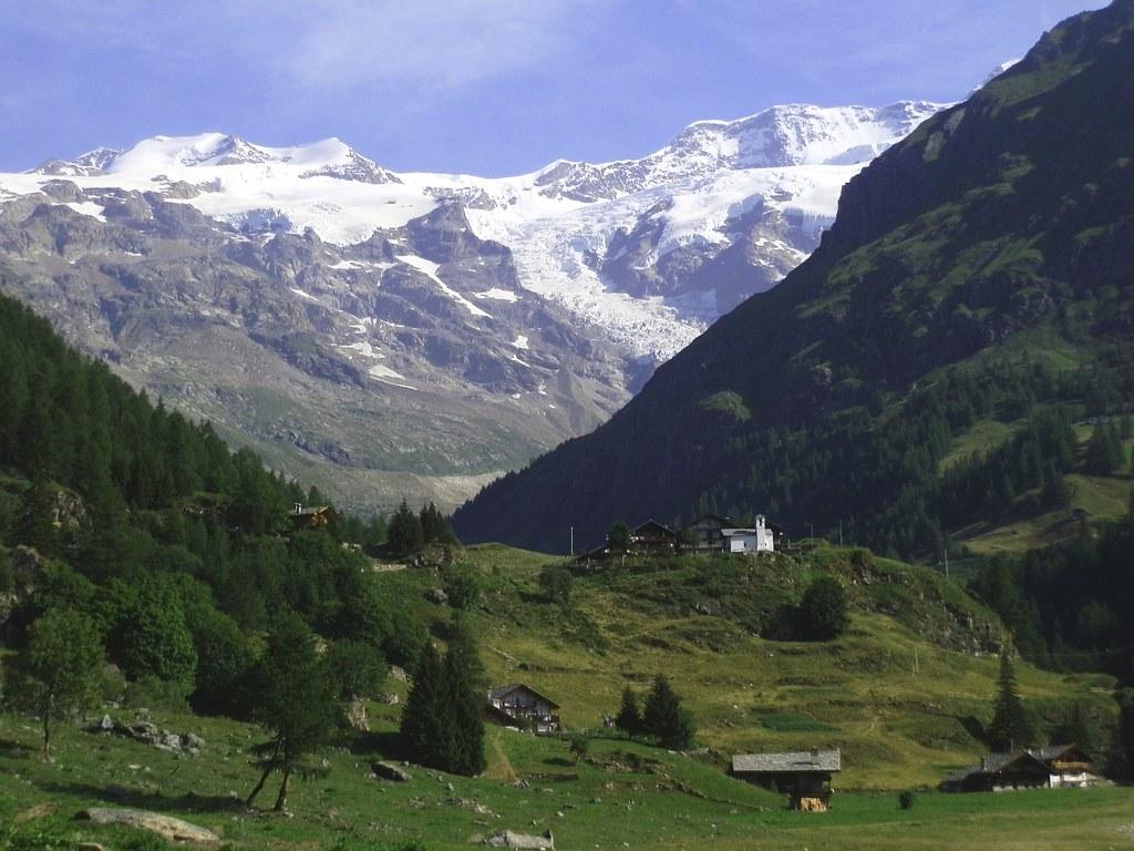 alta valle del lys vista sul massiccio del monte rosa nei On la vista sulla valle del monumento delle cabine