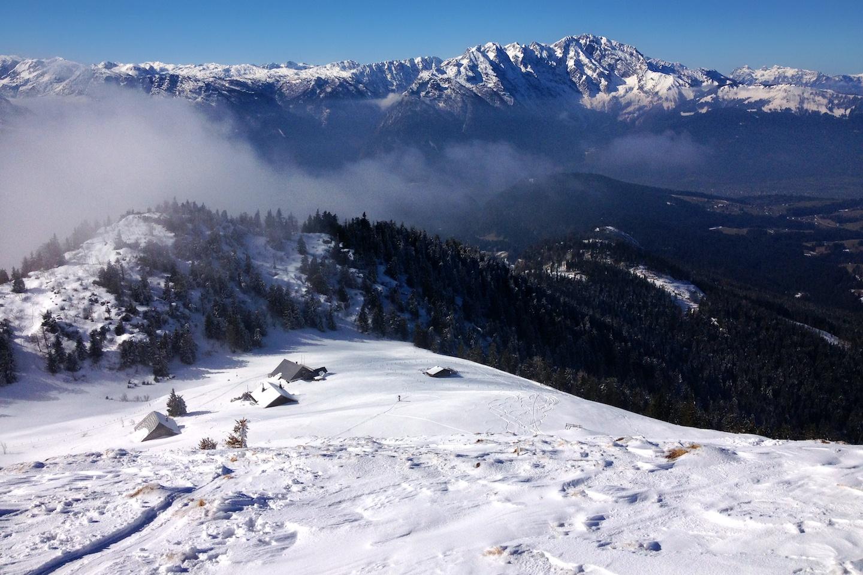 Výhled na chaloupky okolo Enzianhütte a především na Berchtesgadenské Alpy a Hochkönig (klikni na obrázek a uzříš celé panoráma).