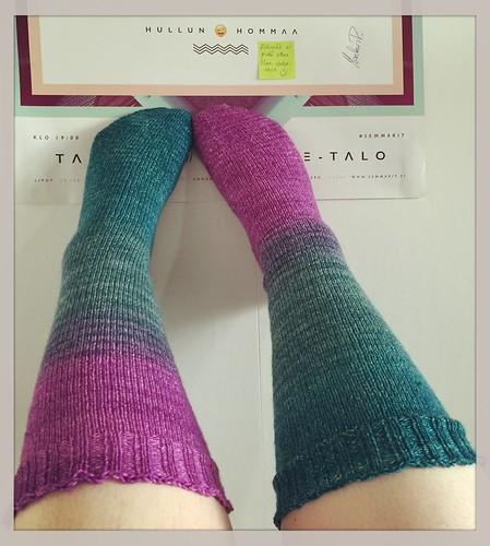 Yhdenlaista hullun hommaa tämäkin: sileät sukat varpaista varteen, niin pitkät kuin lankaa riitti. :D Mutta näistä tuli ihanat! <3 #knitting #socks #handu #gradient #purplerain #colours #colourlove #hullunhommaa #100happydays 93/100