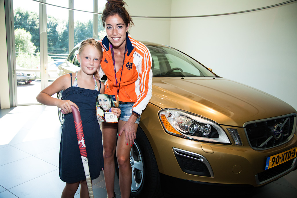 Naomi Van As Met Gouden Volvo Xc60 On Tour Naomi Van As