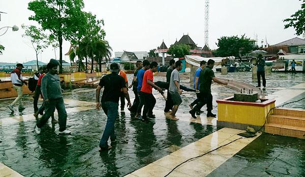 Evakuasi musibah tenggelamnya Pompong Penyengat.