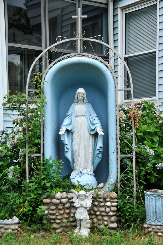 Virgin mary yard statue