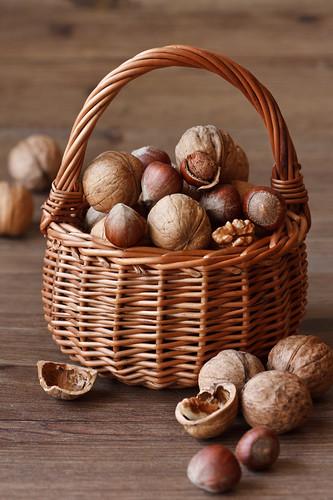 Nuts delicious nuts in a wicker basket on a wooden - Panier de basket mural ...
