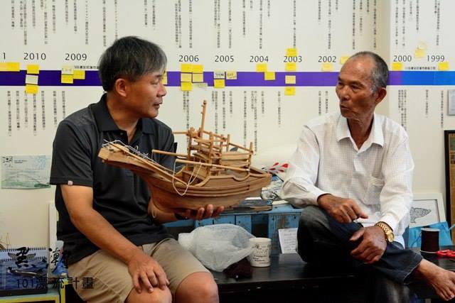 黑潮的老朋友──溪伯16歲就上船捕魚,一直到今年79歲了才正式退休,他的一生也是台灣漁業的一生。(左)廖鴻基手上的漁船模型正是溪伯的船。圖片來源:黑潮101漂流計畫。