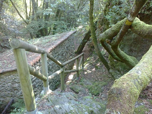 Escaleras en la ruta de los molinos en Vedra