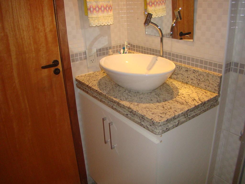 Banheiro da 2ª Suíte com armários bancada em granito cub  #B47917 1024x768 Armario Banheiro Modular