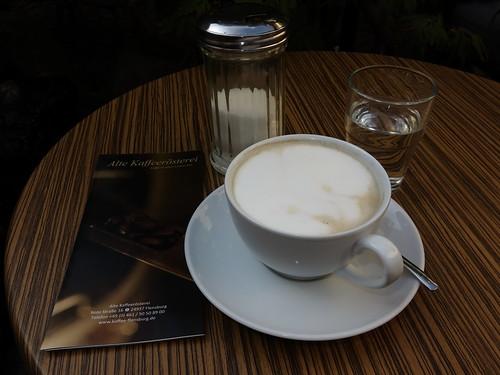 """Milchkaffee im Café """"Alte Kaffeerösterei"""" im Sonnenhof (in Flensburg)"""