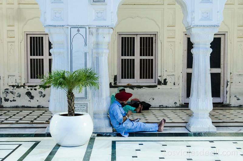 calma en el templo dorado de los sijs
