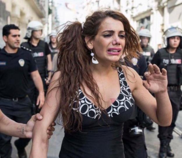 Hande Kader上街爭取LGBT社群權益時,遭警方逮捕所被拍下的照片。(圖片取自網路)