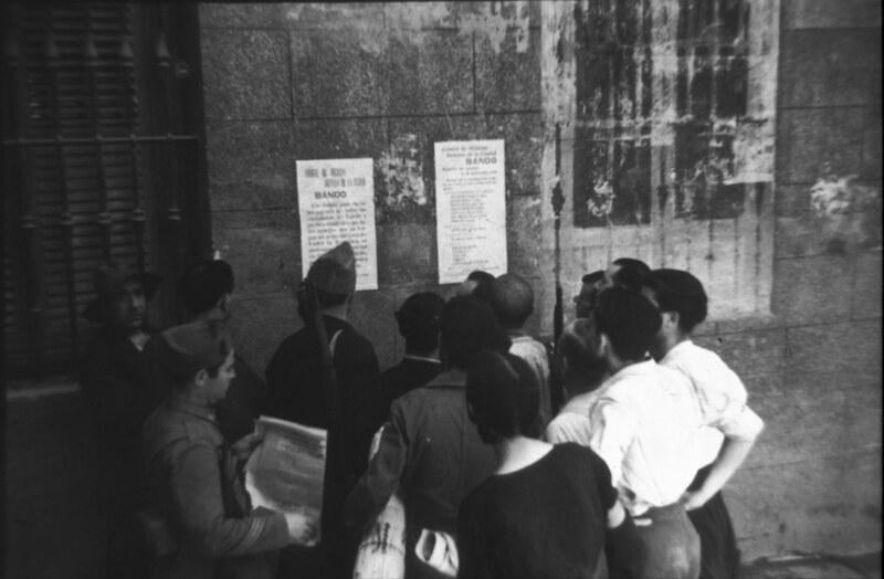 Leyendo un bando en la Plaza de San Vicente de Toledo durante la guerra civil, asedio del Alcázar, verano de 1936. Fotografía de Santos Yubero © Archivo Regional de la Comunidad de Madrid, fondo fotográfico