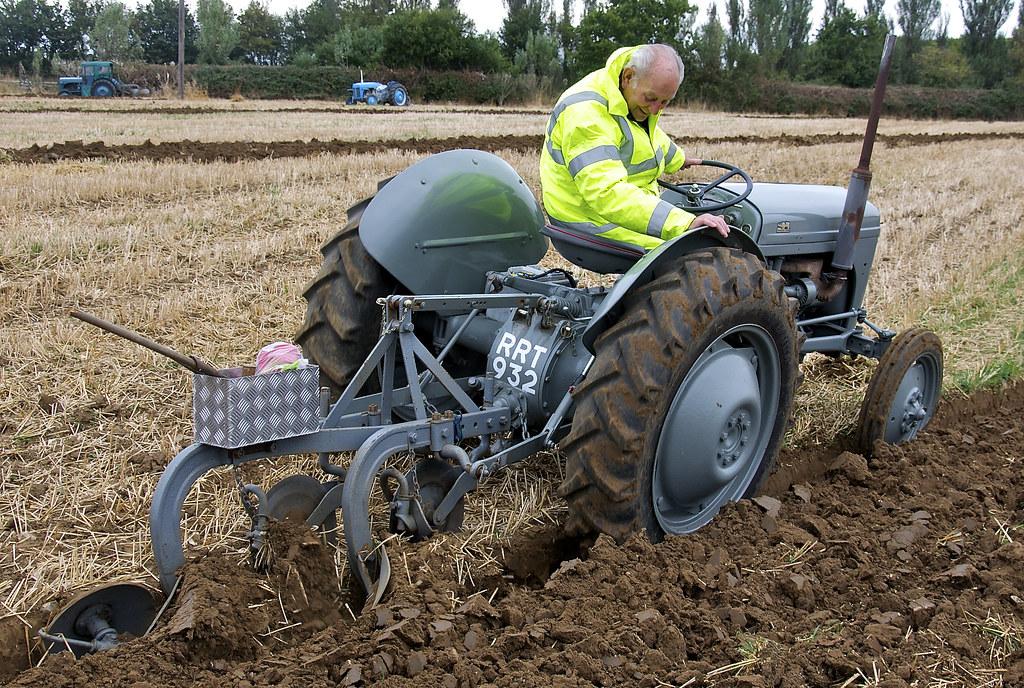 Ferguson TE20 Tractor Ploughing | Beyton Heavy Horse Show ...
