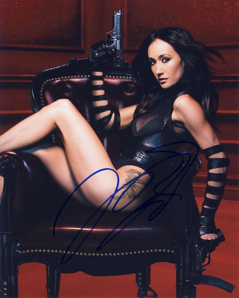 Tattooed Italian beauty Nikita Bellucci stripping off leather pants  511848