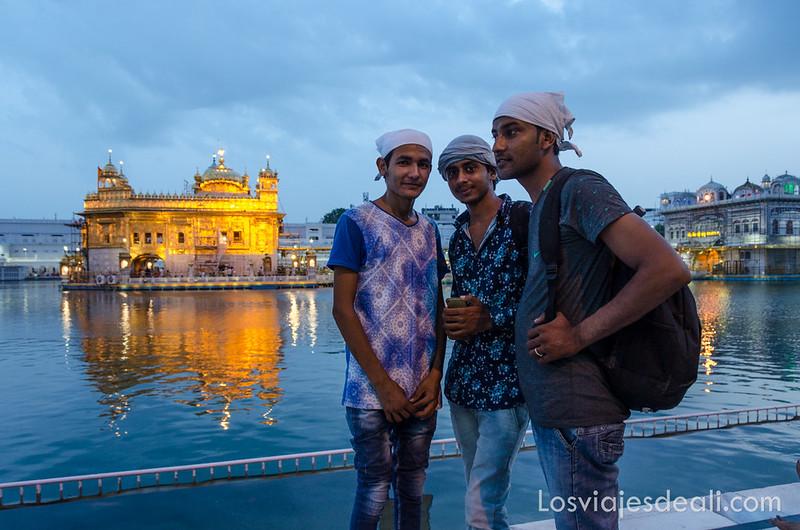 foto frente al templo dorado de los sijs