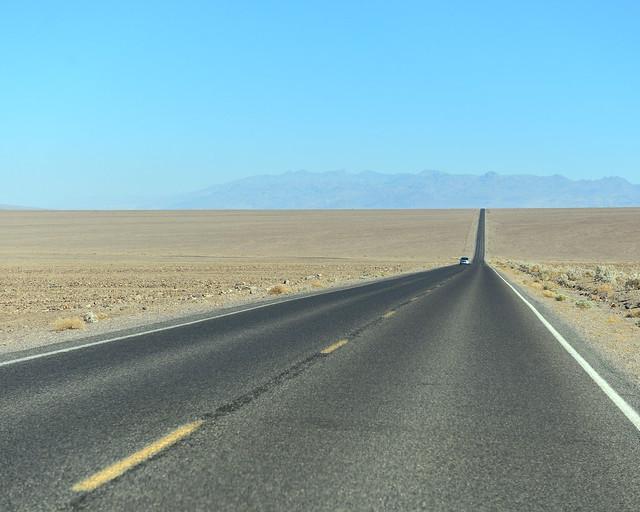 Impresionantes rectas que conducirás por el Death Valley, de las cosas más espectaculares que hacer en la Costa Oeste
