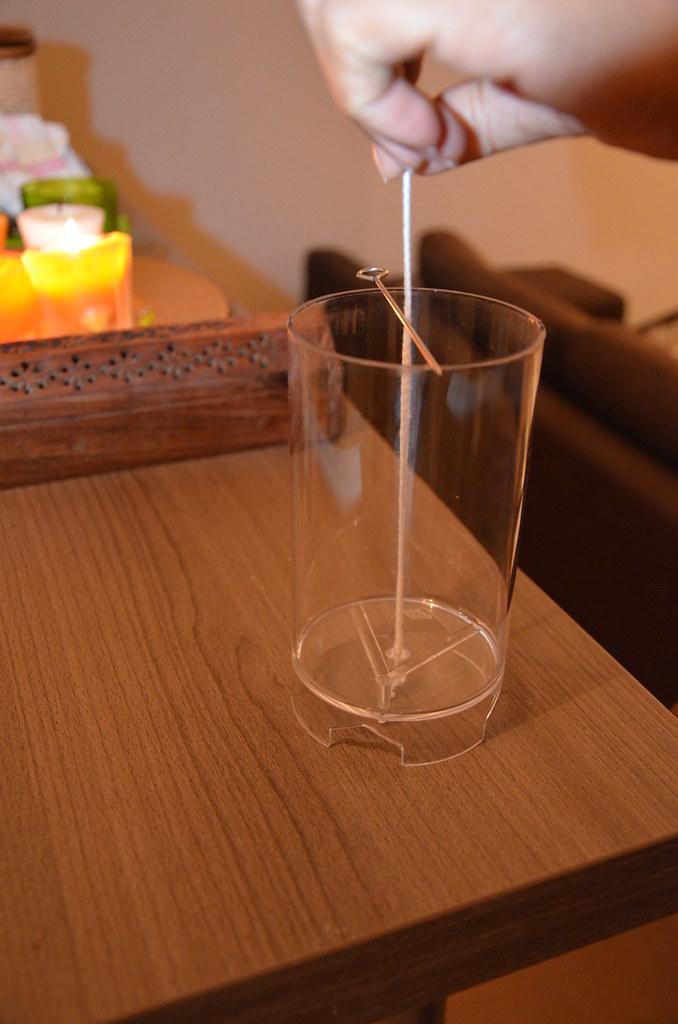 fabrication d 39 une bougie on installe la m che en savoir pl flickr. Black Bedroom Furniture Sets. Home Design Ideas