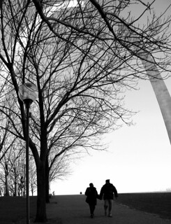 couple walking by st louis arch | by lapommedeterre