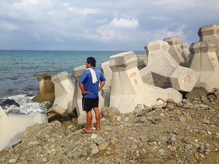 新社天然海岸線上,巨大消波塊就放置海邊。圖文:廖靜蕙