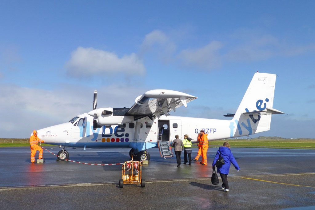 Tiree Airport | Passengers board Loganair's De Havilland Twi… | Flickr