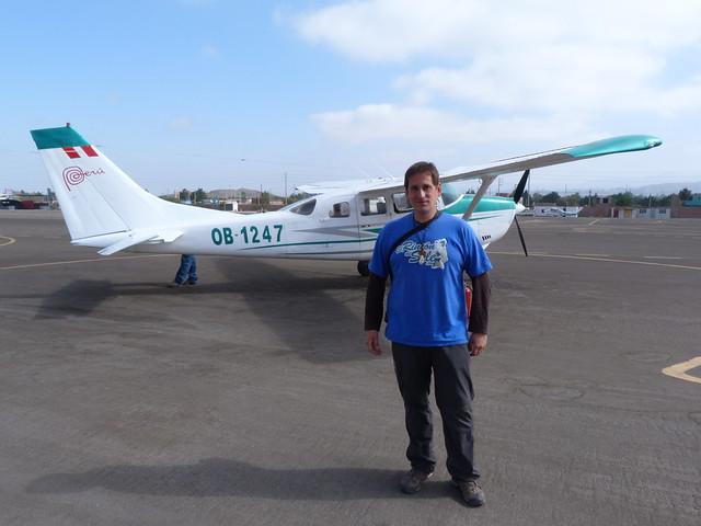 Sele con la avioneta sobre la que sobrevolaría las Líneas de Nazca