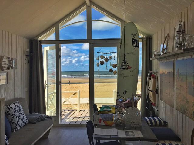 Cabaña de madera en la playa de Kikjduin (La Haya)
