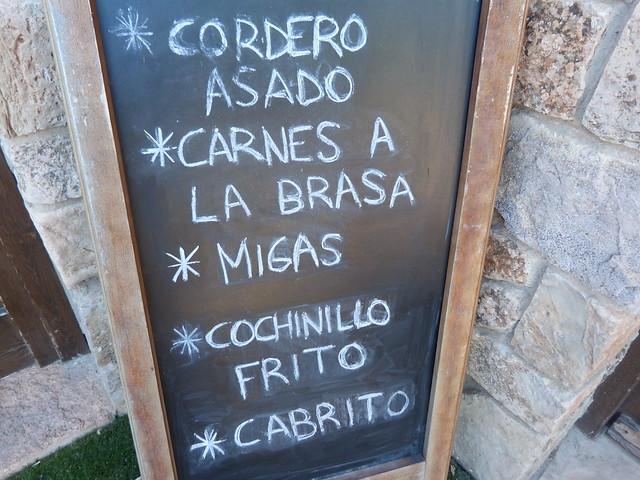 Pizarra con el menú en un restaurante de Medinaceli (dónde comer)