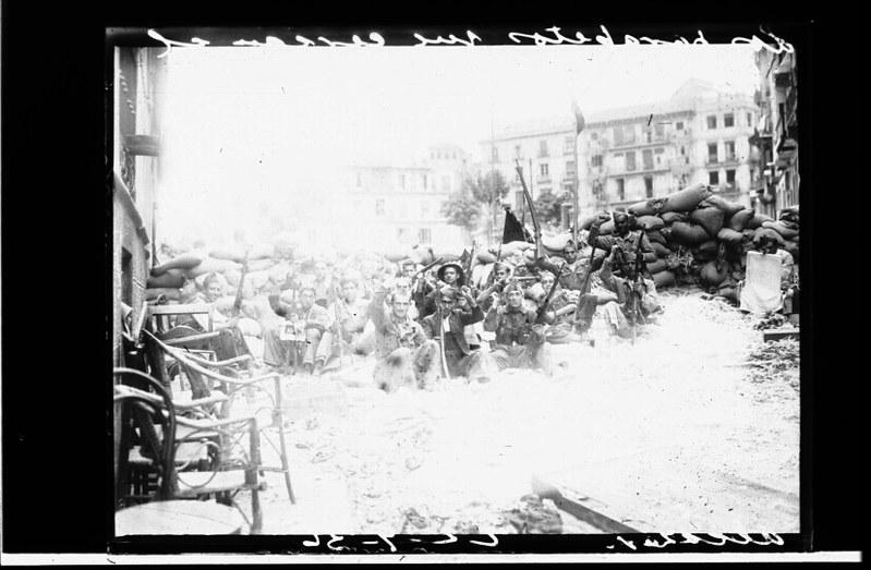 Milicianos en la plaza de Zocodover de Toledo durante la guerra civil, asedio del Alcázar, verano de 1936. Fotografía de Santos Yubero © Archivo Regional de la Comunidad de Madrid, fondo fotográfico