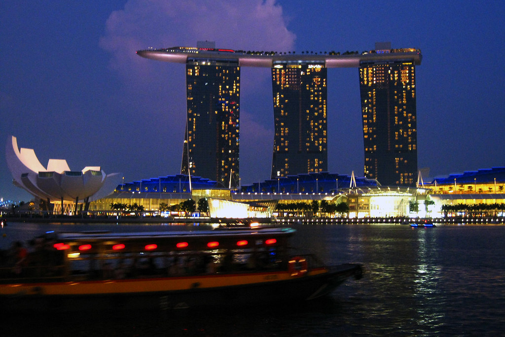 Singapore skyscraper infinity pool with boat riccardo - Singapore tallest building swimming pool ...