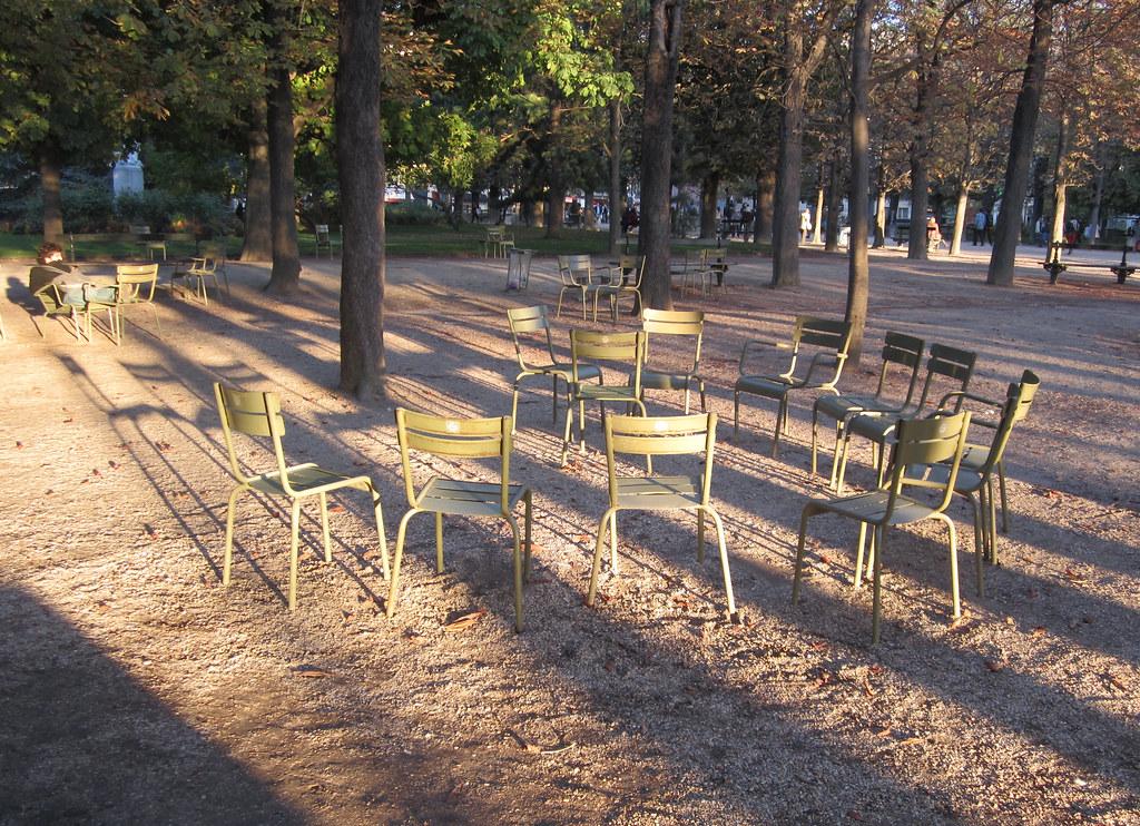 La ronde des chaises dans le jardin du luxembourg - Chaise jardin du luxembourg ...