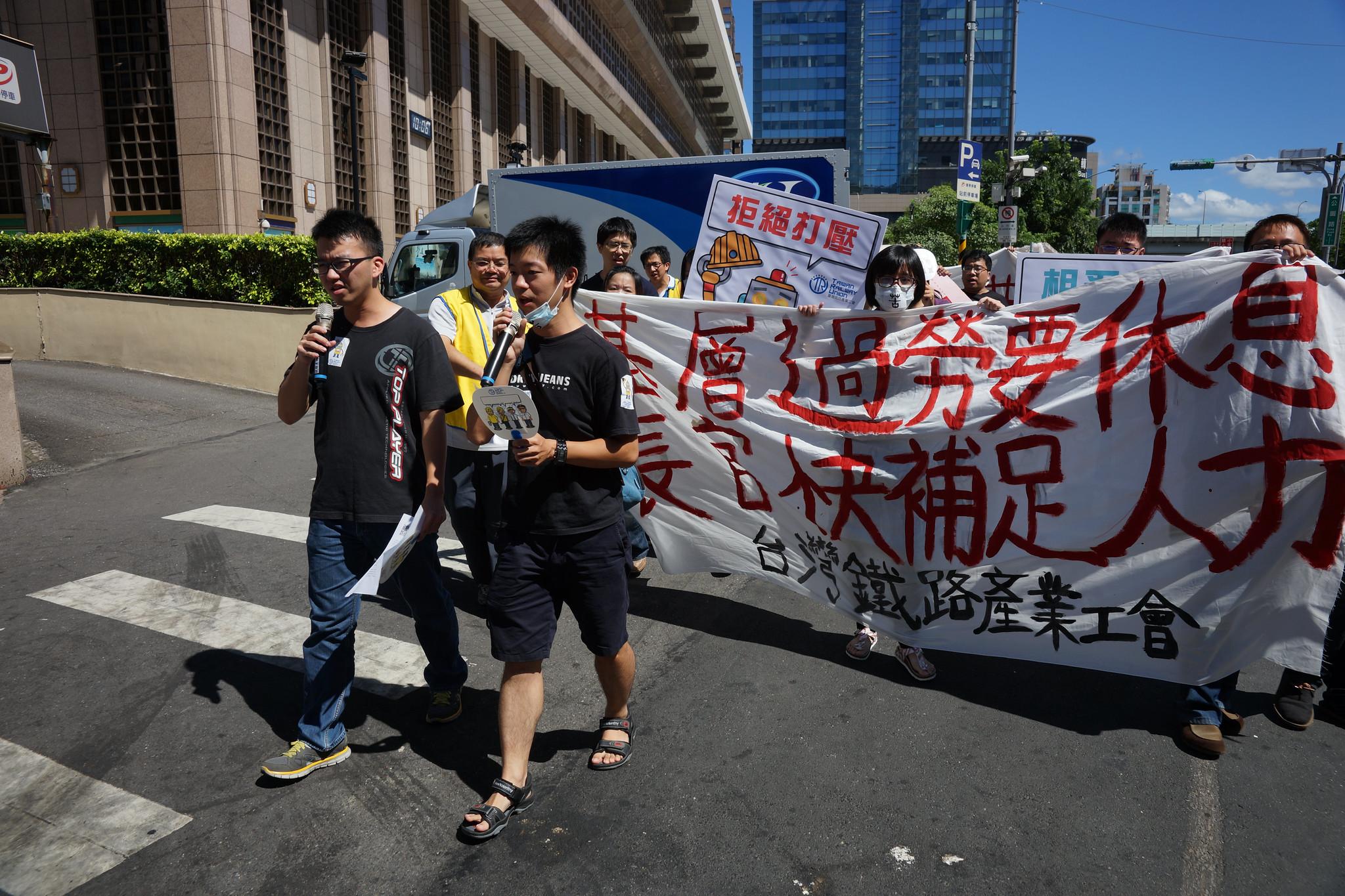工會上午從台北車站步行轉往行政院抗議,沿途高唱經過改編的《勞動者戰歌》。(攝影:王顥中)
