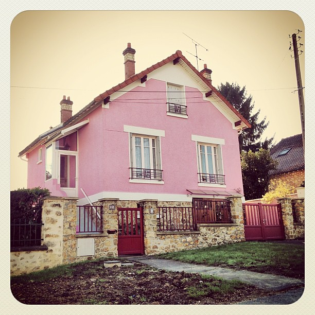 La maison rose pink house urban architecture color r for La maison rose lourmarin